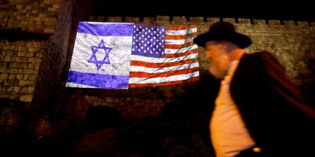 Israels och USA:s flagga projicerad på Klagomuren i Jerusalem.  Ronen Zvulun / TT NYHETSBYRÅN
