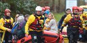 Räddningstjänst undsätter folk i Wales.  Ben Birchall / TT NYHETSBYRÅN