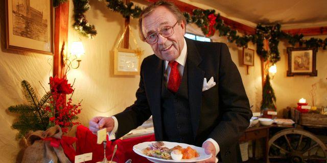 Arne Weise förbereder sig för sin sista jul i SVT på Djurgården i Stockholm år 2003. HENRIK MONTGOMERY / TT NYHETSBYRÅN