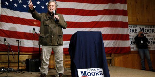 Steve Bannon på ett kampanjmöte för Roy Moore.  JONATHAN BACHMAN / TT NYHETSBYRÅN