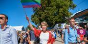Socialdemokraternas Annika Strandhäll marscherar tillsammans i mångfaldsparaden under politikerveckan i Almedalen. Henrik Montgomery/TT / TT NYHETSBYRÅN