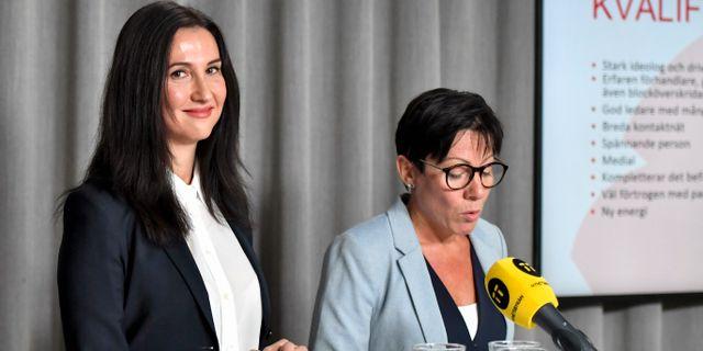 Aida Hadzialic presenteras av Annika Andersson Ribbing, ordförande i valberedningen.  Karin Wesslén/TT / TT NYHETSBYRÅN