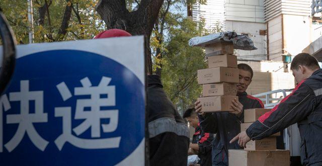 Män levererar paket under Singles' day.  Ng Han Guan / TT NYHETSBYRÅN