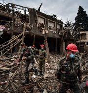 Soldater från Azerbajdzjan letar igenom en kollapsad byggnad. Ismail Coskun / TT NYHETSBYRÅN