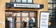 Kvinna går in i vallokal i Falun under gårdagens omval.  Ulf Palm/TT / TT NYHETSBYRÅN