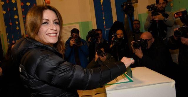Legas kandidat Lucia Borgonzoni lägger sin röst. Stefano Cavicchi / TT NYHETSBYRÅN