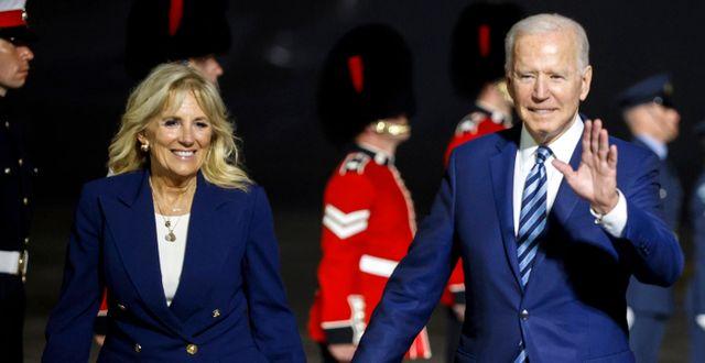 Jill och Joe Biden i Cornwall i går. Phil Noble / TT NYHETSBYRÅN