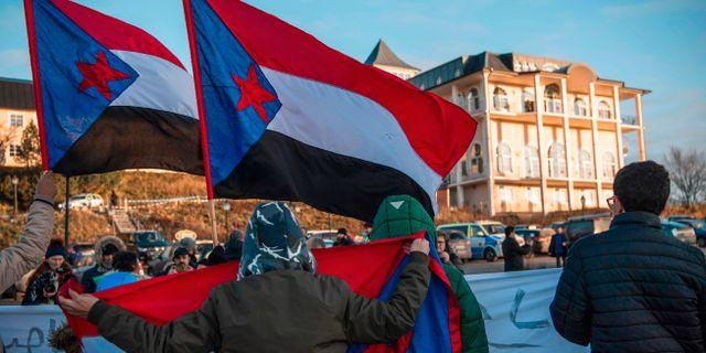 Bild från onsdagen. Protester utanför slottet där fredssamtalen hålls.  JONATHAN NACKSTRAND / AFP