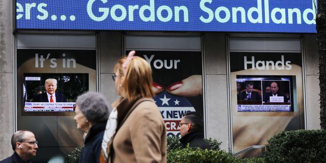 Tv-apparater i New York under Sondlands vittnesmål. SPENCER PLATT / GETTY IMAGES NORTH AMERICA