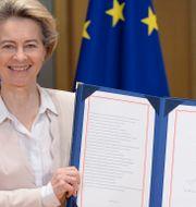 EU-kommissionens ordförande Ursula von der Leyen visar upp det undertecknade frihandelsavtalet med Storbritannien.  Johanna Geron / TT NYHETSBYRÅN