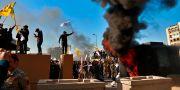 Demonstranter startade bränder utanför den amerikanska ambassaden i Irak under gårdagen.  Khalid Mohammed / TT NYHETSBYRÅN