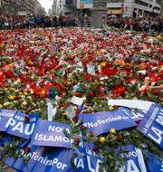 Tusentals människor samlades på lördagen i Barcelona för att protestera mot terrorism. LLUIS GENE / AFP