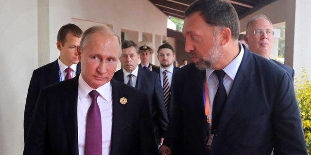 Vladimir Putin med Oleg Deripaska.  Foto: Mikhail Klimentyev/TT.