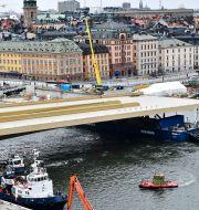 Slussens guldbro sätts på plats.  Jonas Ekströmer /TT / TT NYHETSBYRÅN