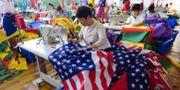 Flaggfabrik i Kina, en av president Trumps antagonister. Arkivbild. - / AFP