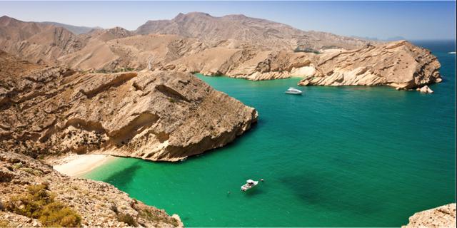 Omans kust kryllar av små, smaragdgröna badvikar. Istock