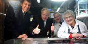 Boris Johnson besöker ett slakteri. Hannah McKay / TT NYHETSBYRÅN