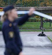 Polisen kontroller ett misstänkt föremål i Rosengård. Det visade sig sedan vara ofarligt.  Johan Nilsson/TT / TT NYHETSBYRÅN