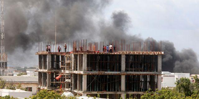 Röken stiger från explosionen utanför Afrik Hotel.  FEISAL OMAR / TT NYHETSBYRÅN