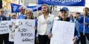Busch Thor poserar med pensionärer som protesterar mot låga pensioner, 6 maj. Pontus Lundahl/TT / TT NYHETSBYRÅN