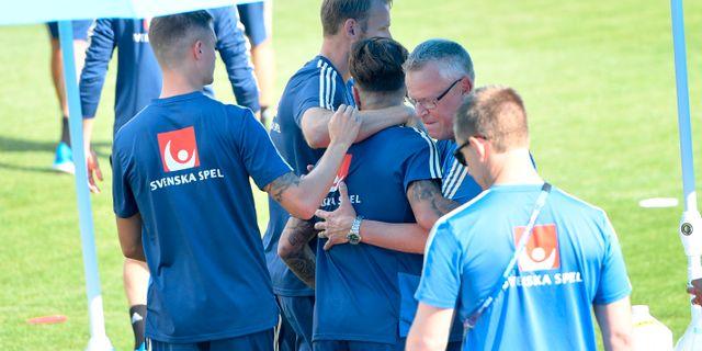 Förbundskapten Janne Andersson kramar om Jimmy Durmaz.  Maja Suslin/TT / TT NYHETSBYRÅN