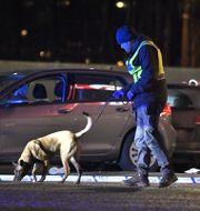 Polis vid brottsplatsen i Kungens kurva.  Claudio Bresciani/TT / TT NYHETSBYRÅN