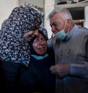 Palestinier sörjer efter att fyra bröder från en och samma familj hittats döda i rasmassorna. Khalil Hamra / TT NYHETSBYRÅN