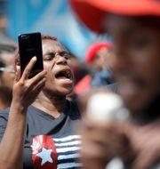 En kvinna deltar i protesterna i provinsen. SONNY TUMBELAKA / AFP