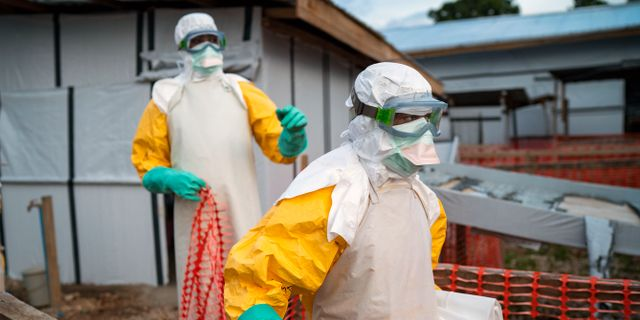 Personer i skyddsdräkter i Kongo-Kinshasa som kämpar mot ebolaspridningen. Jerome Delay / TT NYHETSBYRÅN/ NTB Scanpix
