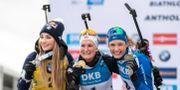 Dorothea Wierer, Marte Olsbu Røiseland och Hanna Öberg firar sina medaljer. JOEL MARKLUND / BILDBYRÅN