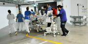 Här flyttas en av patienterna genom kulverten till nya sjukhusbyggnaden Karolinska Universitetssjukhuset Carin Tellström