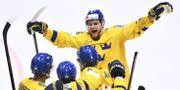 Sveriges William Nylander jublar efter Oliver Ekman-Larsson 4-3-mål. Claudio Bresciani/TT / TT NYHETSBYRÅN