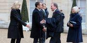Stefan Löfven och hans hustru Ulla välkomnas av Frankrikes president Emmanuel Macron och hans hustru Brigitte vid Elyseepalatset i Paris på söndagsförmiddagen. JACQUES DEMARTHON / AFP