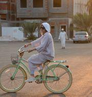 Arkivbild. Livet för kvinnor i Saudiarabien är fullt av restriktioner. Men Amirah al-Turkistani, grafisk designer i Jeddah, deltar i ett initiativ för större frihet genom att cykla. Reem Baeshen / TT NYHETSBYRÅN