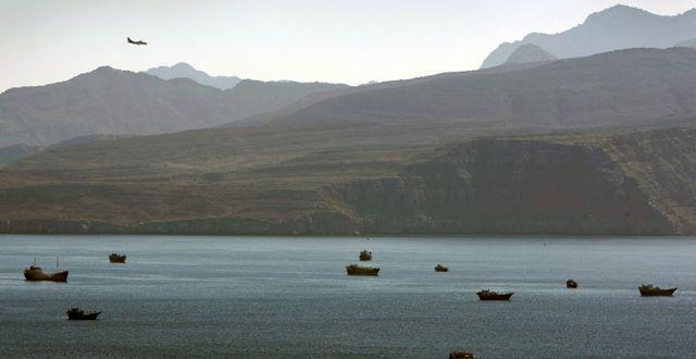 Arkivbild på förbipasserande fartyg på Hormuzsundet. Kamran Jebreili / TT NYHETSBYRÅN