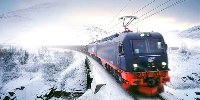 Malmtåget är 68 vagnar långt, 8 000 ton tungt och öppnades för trafik 1902. LTU