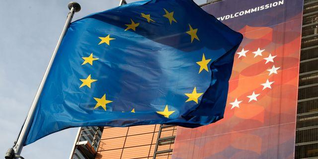 EU-flagga utanför EU-kommissionens byggnad i Bryssel. YVES HERMAN / TT NYHETSBYRÅN