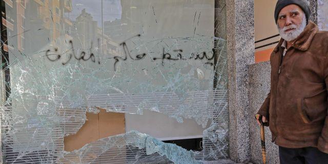 Människor har visat sitt missnöje med regeringen genom att slå sönder butiker.  IBRAHIM CHALHOUB / AFP