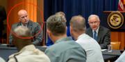 Matthew Whitaker, till vänster, tar över som tf justitieminister efter Jeff Sessions, till höger. TT