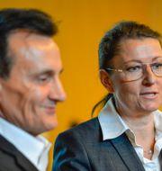 Astra Zenecas koncernchef Pascal Soriot och Sverigechefen Margareta Ozolins. Henrik Montgomery/TT / TT NYHETSBYRÅN