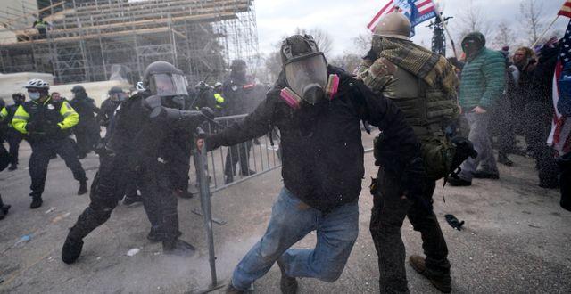 Våldsamheter utanför kongressen i Washington. John Minchillo / TT NYHETSBYRÅN