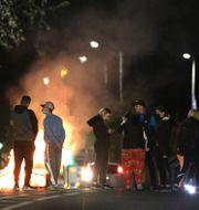 Lojalister blockerar en gata i norra Belfast under natten mot lördag.  Peter Morrison / TT NYHETSBYRÅN