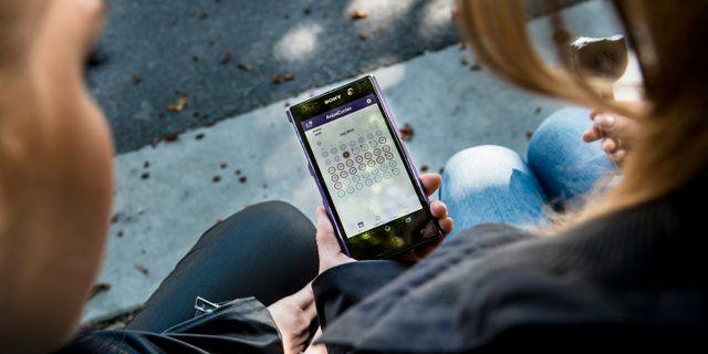Två unga kvinnor tittar på p-appen Natural Cycles. Nora Lorek / TT / TT NYHETSBYRÅN