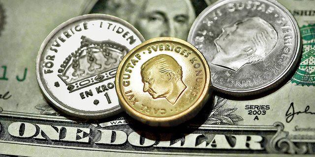 Illustration: Kronor och dollar. TT