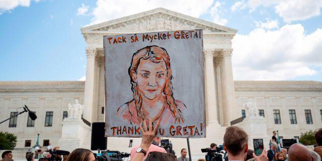 Bild från klimatprotester som hölls utanför Högsta domstolen i Washington DC på onsdagen. ALASTAIR PIKE / AFP