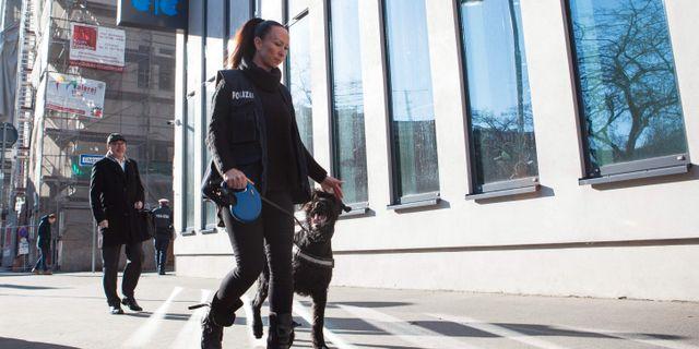 Polis med hund patrullerar utanför Opecs högkvarter i Wien. Arkivbild. ALEX HALADA / TT NYHETSBYRÅN