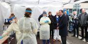 Statsminister Stefan Löfven (S) träffar personal i ett provtagningstält utanför infektionsmottagningen utanför Östra sjukhuset i Göteborg. Adam Ihse/TT / TT NYHETSBYRÅN