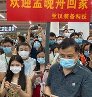En folkmassa hade samlats på flygplatsen för att ta emot Meng Wanzhou i Shenzhen på lördagen.  Ng Han Guan / TT NYHETSBYRÅN