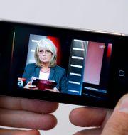 Gammal Iphone med en nyhetssändning i SVT. JONAS EKSTRÖMER / TT / TT NYHETSBYRÅN