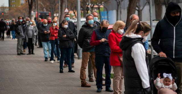 Människor väntar på att få Astra Zenecas vaccin i Barcelona i Spanien.  Emilio Morenatti / TT NYHETSBYRÅN